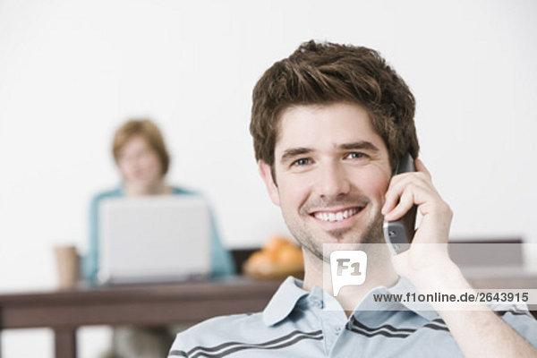 Interior zu Hause Portrait Mann sprechen Telefon jung