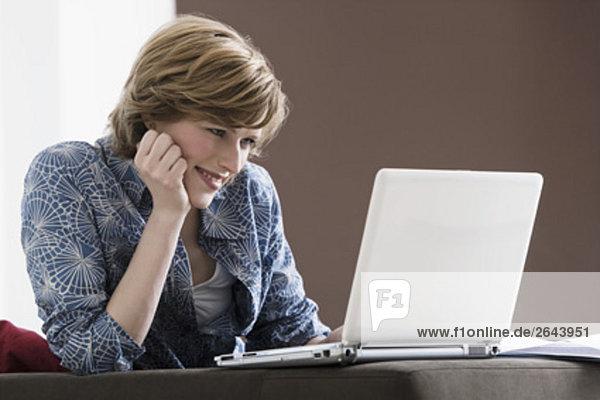 Interior  zu Hause  Portrait  Frau  Computer  Notebook  arbeiten  jung
