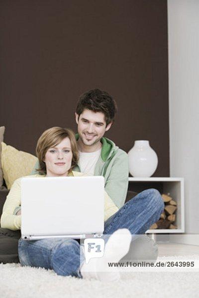Interior  zu Hause  Zusammenhalt  Computer  Notebook  arbeiten  jung