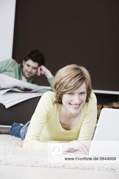 Interior  zu Hause  Frau  Mann  Computer  Notebook  arbeiten  Zeitung  vorlesen