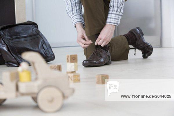 Detail der Mann seine Schuhe binden