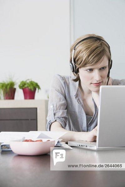 Interior  zu Hause  Portrait  Frau  Computer  Notebook  arbeiten