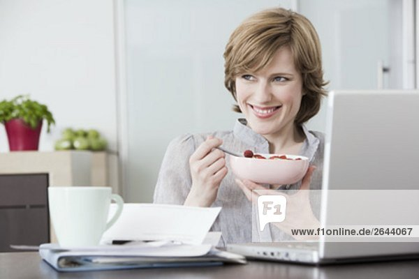 Interior  zu Hause  Portrait  Frau  Computer  Mittagspause  Pause  frontal  essen  essend  isst