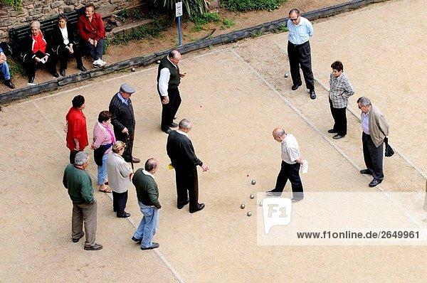 Menschen spielen Boule  Barcelona. Katalonien  Spanien