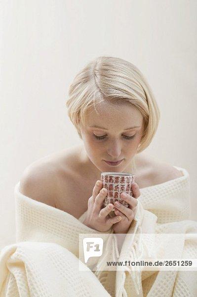 Junge Frau mit einer Tasse Tee