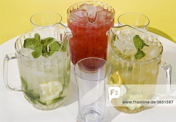 Pimms-  Wassermelonen-  Minz-Cocktail in Krügen und Gläsern Pimms-, Wassermelonen-, Minz-Cocktail in Krügen und Gläsern