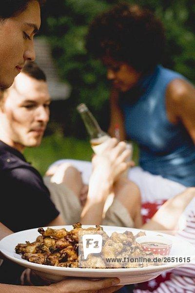 Junge Leute beim Picknick zum 4th of July (USA)