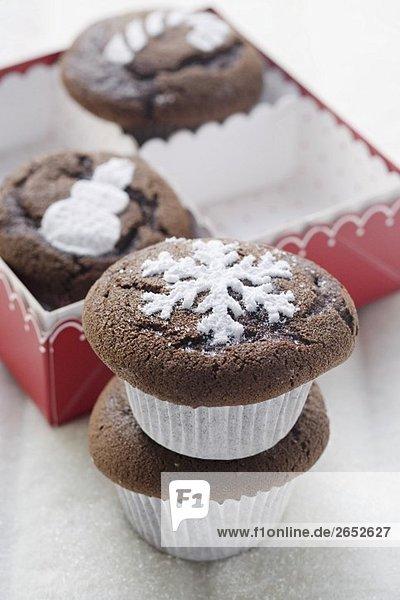 Vier Schokoladenmuffins zu Weihnachten