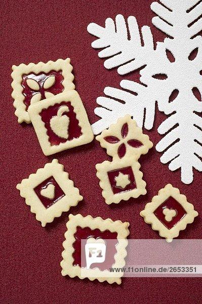 Mehrere quadratische Marmeladenplätzchen zu Weihnachten