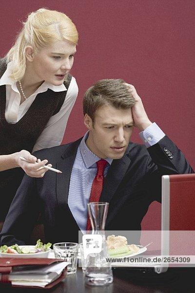 Bürokollegen haben wegen Computerproblem keine Zeit für Lunch