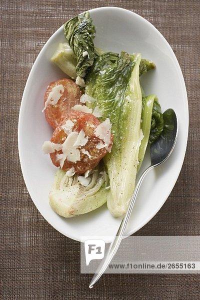 Geschmorter Romanasalat mit Tomaten und Parmesan