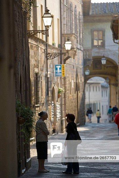 Zwei Damen sprechen auf der Straße. Colle di Val D´Elsa. Toskana. Italien