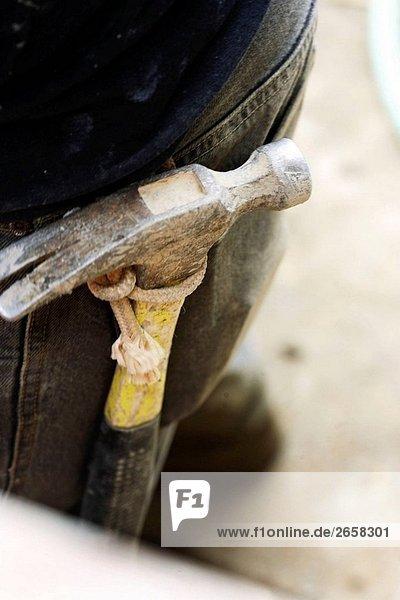 Hammer mit Seil an Zimmerleute Gürtel gebunden