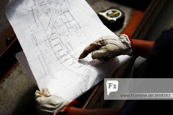 Bauarbeiter auf architektonische plan