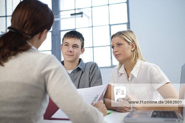 Gruppe von drei Leute  die Job-interview