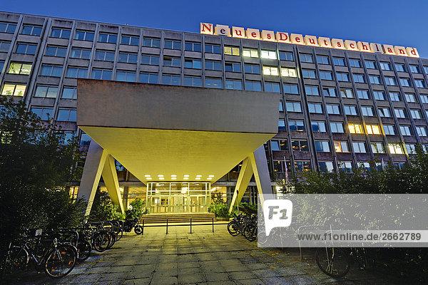 Gebäude beleuchtet in der Dämmerung  Neues Deutschland  Berlin  Deutschland Gebäude beleuchtet in der Dämmerung, Neues Deutschland, Berlin, Deutschland