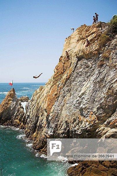 Cliff Diver  ein Clavadista  Tauchen aus den Klippen am La Quebrada  Acapulco  Guerrero Bundesstaat México