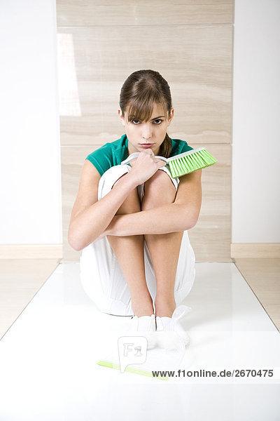 junge Frau junge Frauen Bürste Kehrblech