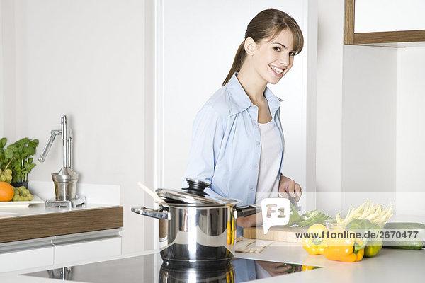 Frau schneiden paprika