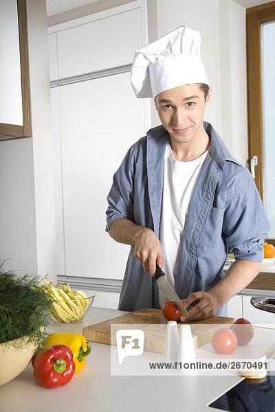 Mann schneiden Tomaten