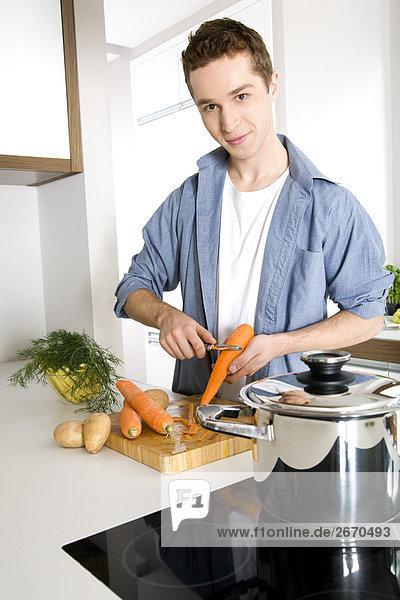 Mann Peeling Karotten