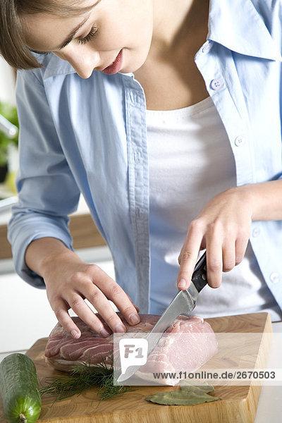 Frau schneiden Fleisch