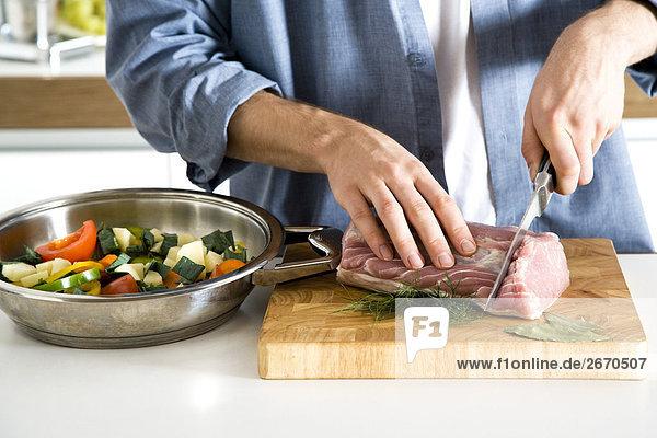 Mann schneiden Fleisch