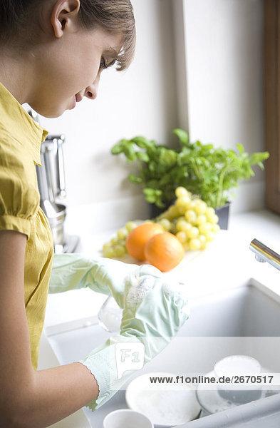 Frau waschen Essgeschirr