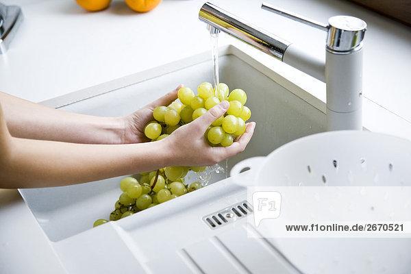 Frau waschen Weintraube