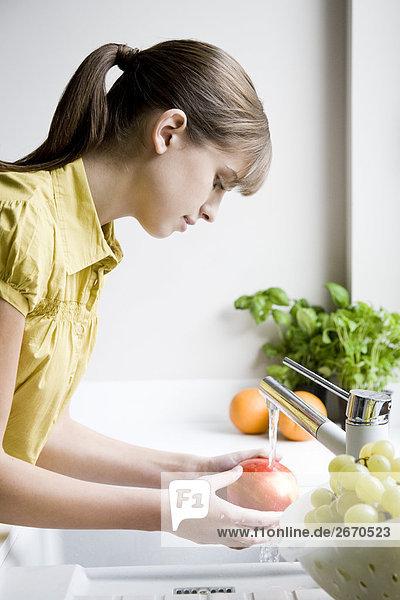 Frau waschen Apfel