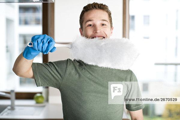 Staub wischen staubwischen Mann halten Bürste