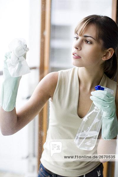 junge Frau junge Frauen Fenster waschen