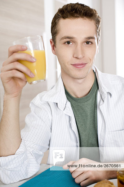 Man trinken Orangensaft