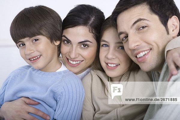 Porträt einer Familie mit zwei Kindern  Nahaufnahme