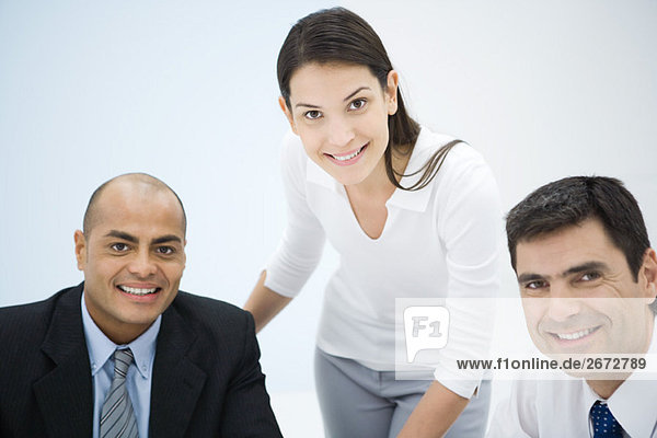 Geschäftspartner lächeln vor der Kamera  Porträt