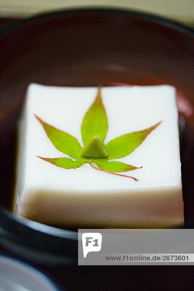 Tofu Wasser verlassen Produktion Boden Fußboden Fußböden Sesam Soße Garnierung Ahorn