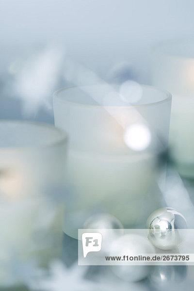 Weihnachtsschmuck und Kerzen  Nahaufnahme
