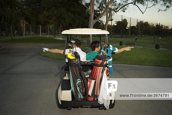 Zwei Männer  die Spaß am Golf-cart