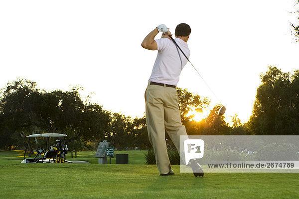 Mann Golf zu spielen