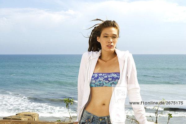 junge Frau junge Frauen sitzend Strand Ignoranz Geländer Malibu