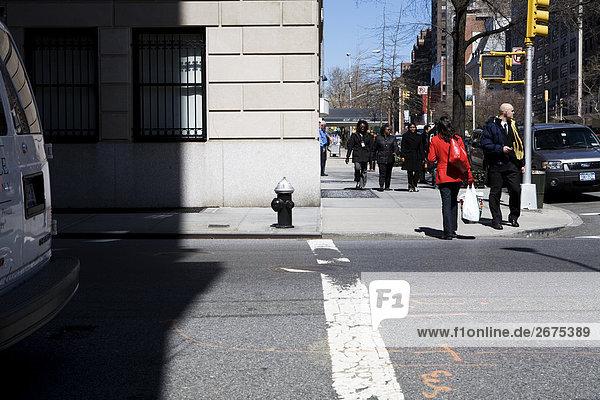 Fußgänger auf New York Bürgersteig