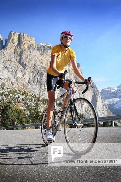 Weibliche Mountainbiker Radfahren  Dolomiten  Italien