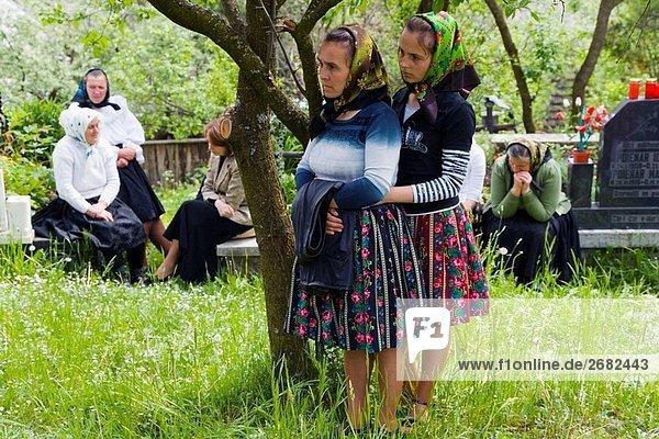 Frauen außerhalb hölzerne Kirche hören in voller Sonntagsgottesdienst  Budesti  Maramures  Rumänien