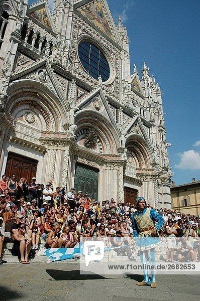 Ein Flag-Weber von der Contrada Dell´Onda an der Kuppel während der Palio Siena Italien