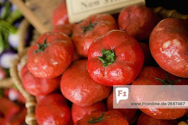 Nahaufnahme der künstlichen Tomaten in einem Korb