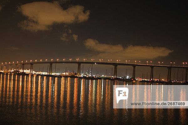 Panoramablick auf einer Brücke bei Nacht  Coronado Bay Bridge  San Diego  Kalifornien  USA
