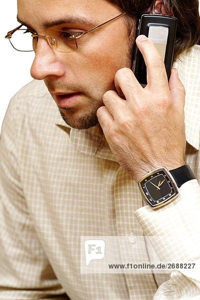 Nahaufnahme eines Kaufmanns sprechen auf einem Mobiltelefon