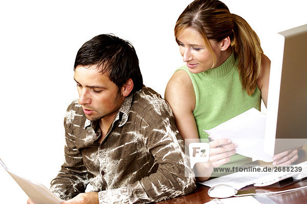 Geschäftsfrau Geschäftsmann Dokument vorlesen
