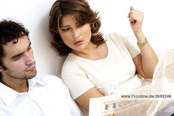 Erhöhte Ansicht eines jungen Paares lesen eine Zeitung