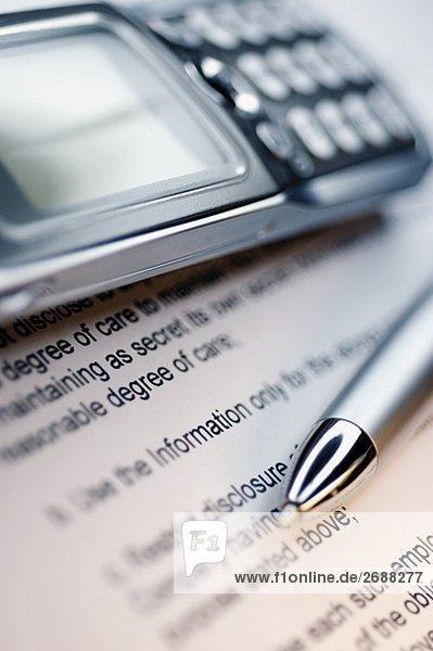 Nahaufnahme-einen Stift und ein Handy für ein Dokument